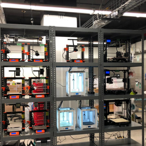 Small-scale production printer cluster (Prusa MK3) with continuous process monitoring.
